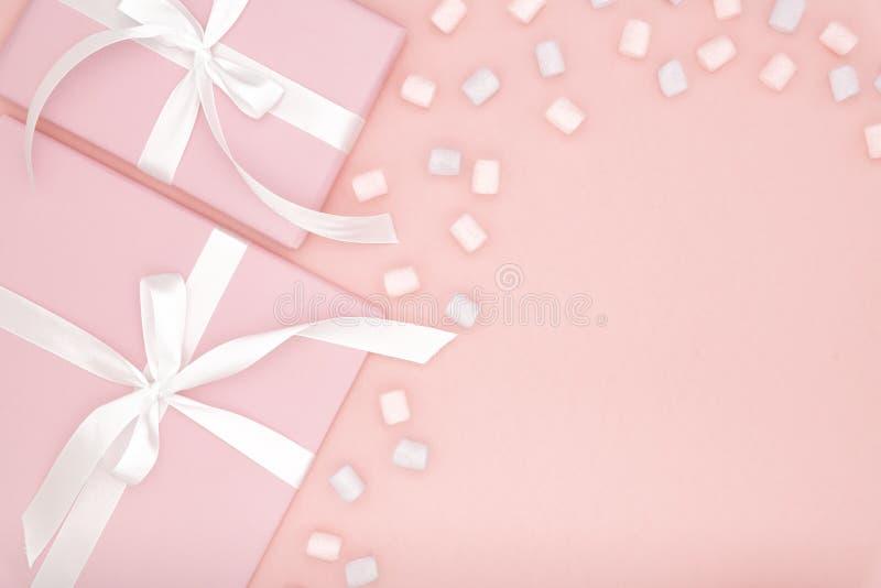 vektor för valentin för pardagillustration älska Falsk övre ram med den mång- gåvaasken och söta efterrätten för vitt band - kulö royaltyfri bild
