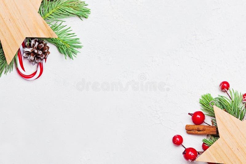Vektordatei ENV-8 schlo? ein Ecke gemacht von grünem Weihnachtstannenzweig, von den hölzernen Sternen, von den roten Stechpalmenb lizenzfreies stockbild