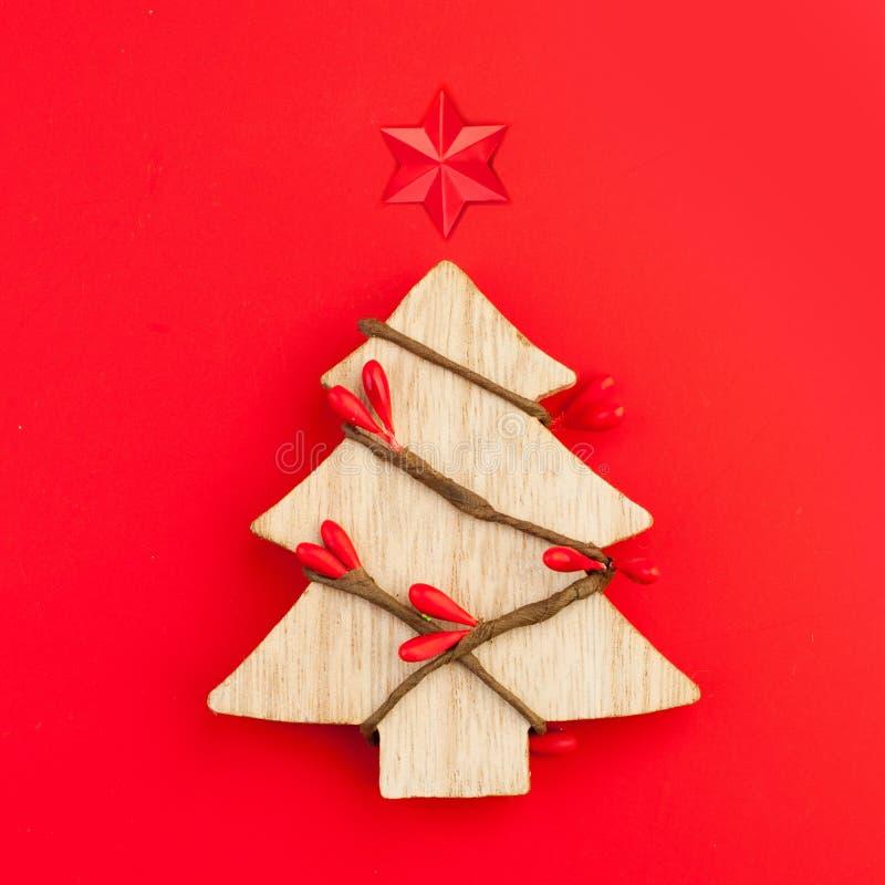 Vektordatei ENV-8 schlo? ein Weihnachtsbaum mit Sternkonzept auf rotem Hintergrund stockbilder