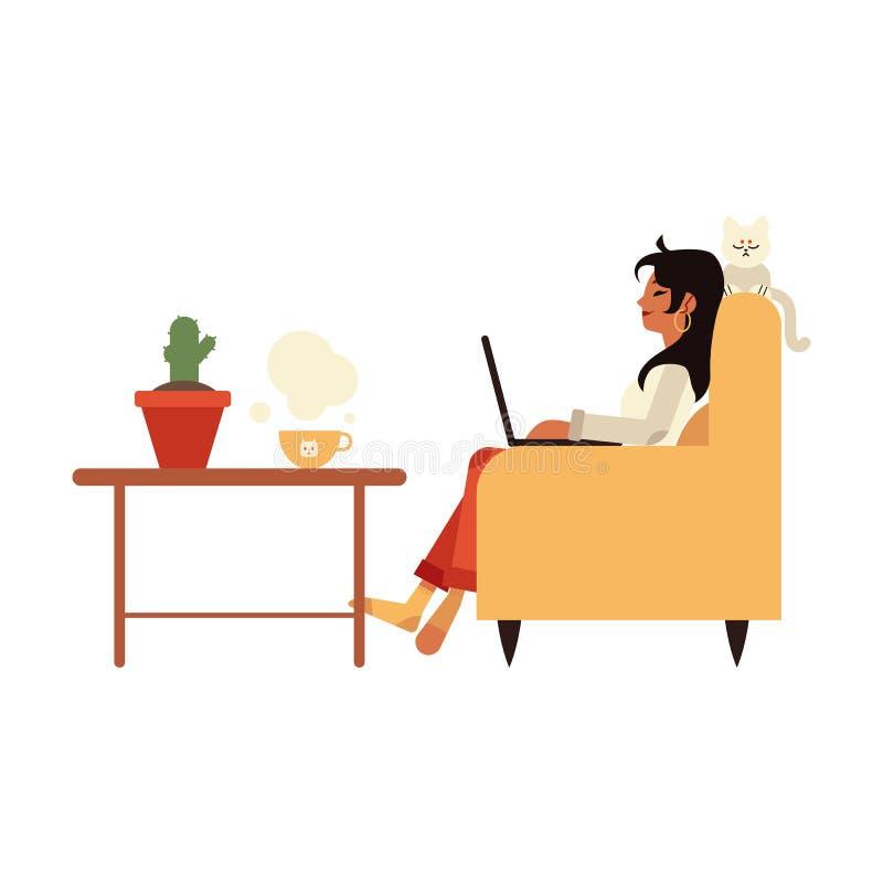 Vektorillustration av flickafreelanceren i häftklammermatare som hemma som arbetar med bärbara datorn sitter i fåtölj vektor illustrationer