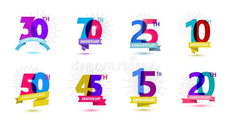 Vektorn ställde in av årsdagdatumsammansättningar med band, år födelsedaglogoetiketter isolerat stock illustrationer