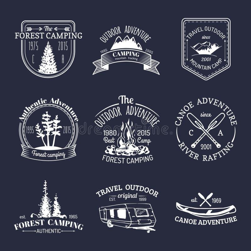 Vektorsatz kampierende Logos der Weinlese Retro- Zeichensammlung Abenteuer im Freien Touristische Skizzen für Embleme, Ausweise lizenzfreie abbildung
