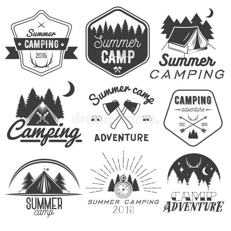 Vektoruppsättning av campa etiketter i tappningstil Designbeståndsdelar som isoleras på vitbakgrund Utomhus- affärsföretag för lä stock illustrationer