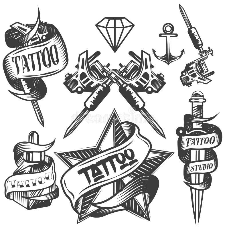 Vektoruppsättning av tatueringvektoretiketter i tappningstil Tatuera salonglogoer och bearbeta med maskin på vit bakgrund royaltyfri illustrationer