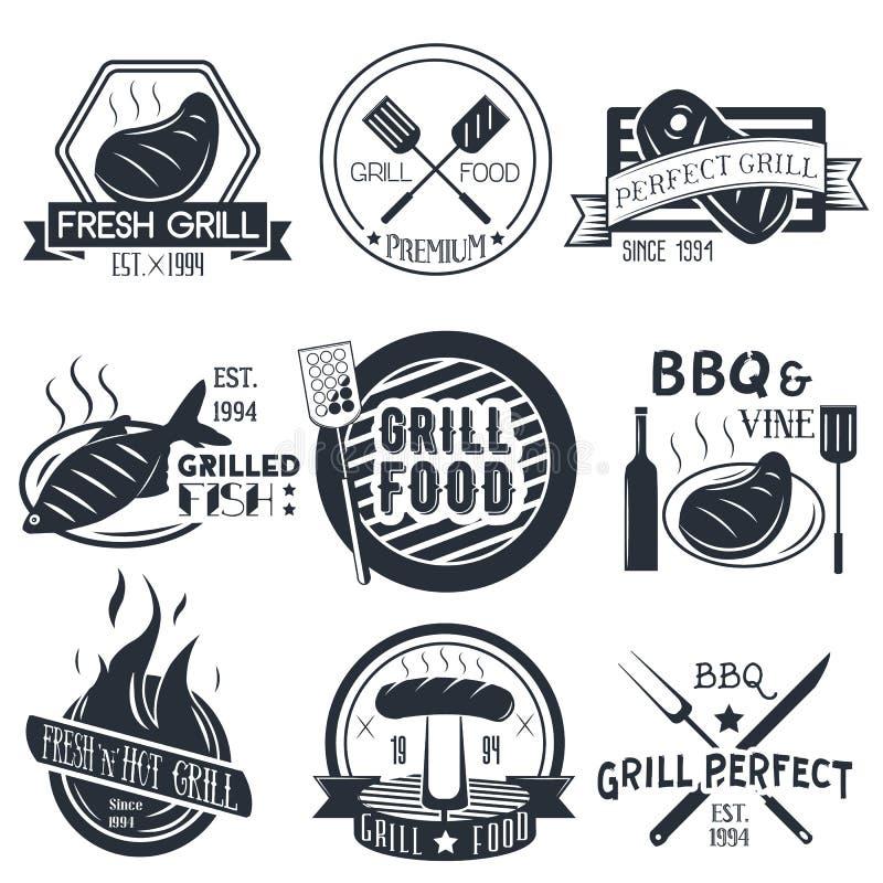 Vektoruppsättningen av gallret och bbq-etiketter i tappning utformar royaltyfri illustrationer