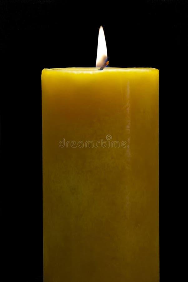 Vela amarilla ardiente aislada fotos de archivo libres de regalías