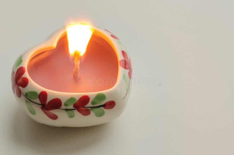 Vela ardente decorativa na forma de um coração imagens de stock royalty free