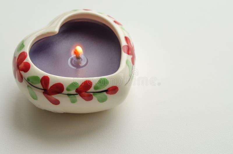 Vela ardente decorativa na forma de um coração imagem de stock royalty free