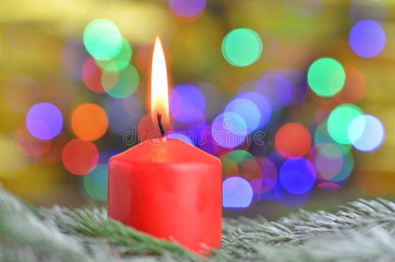 Vela ardiente de la Navidad en fondo mágico del bokeh imágenes de archivo libres de regalías