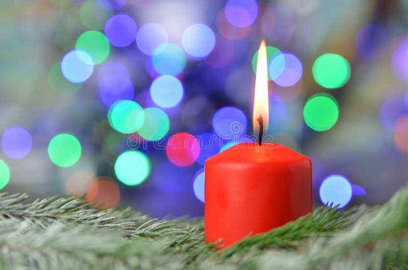 Vela ardiente de la Navidad en fondo mágico del bokeh fotos de archivo