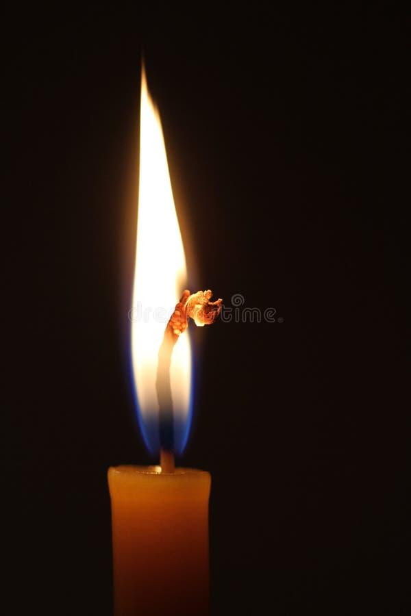Vela ardiente en fondo oscuro imágenes de archivo libres de regalías