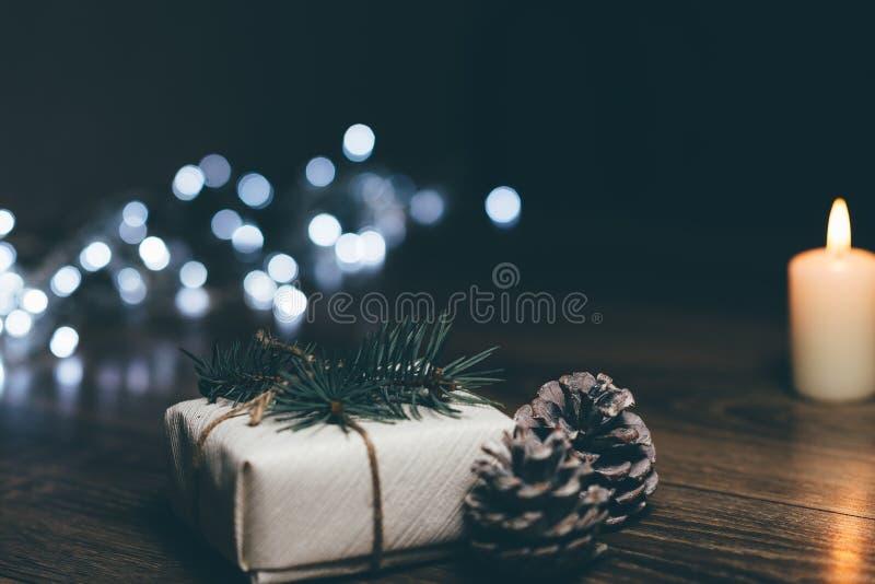Vela ardiente en una tabla con las decoraciones de la Navidad foto de archivo libre de regalías