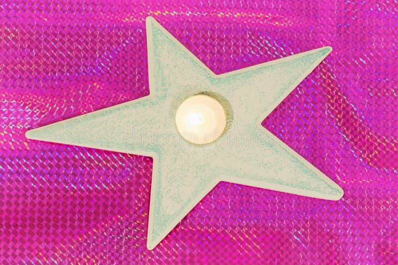 Vela ardiente puesta en la forma de la estrella imagen de archivo libre de regalías