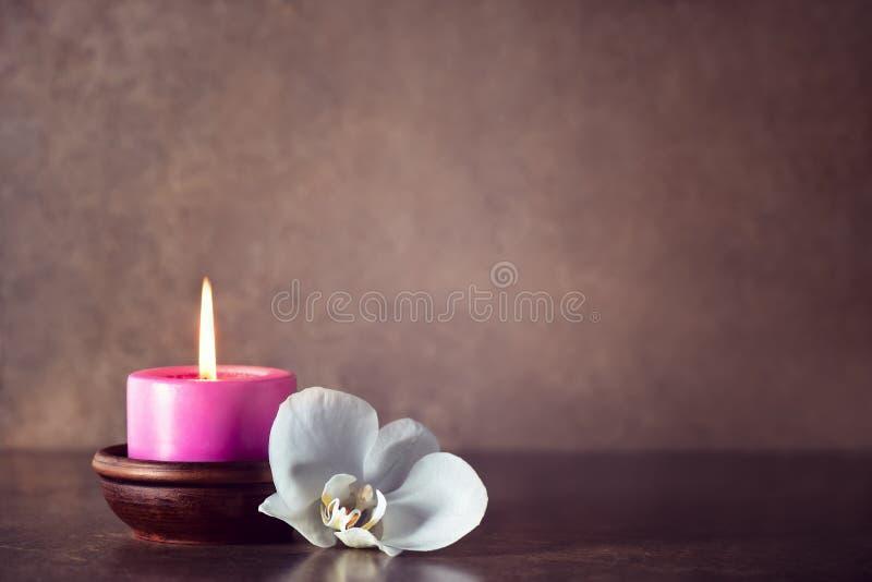 Vela birning aromática del balneario adornada con la orquídea blanca imagen de archivo libre de regalías