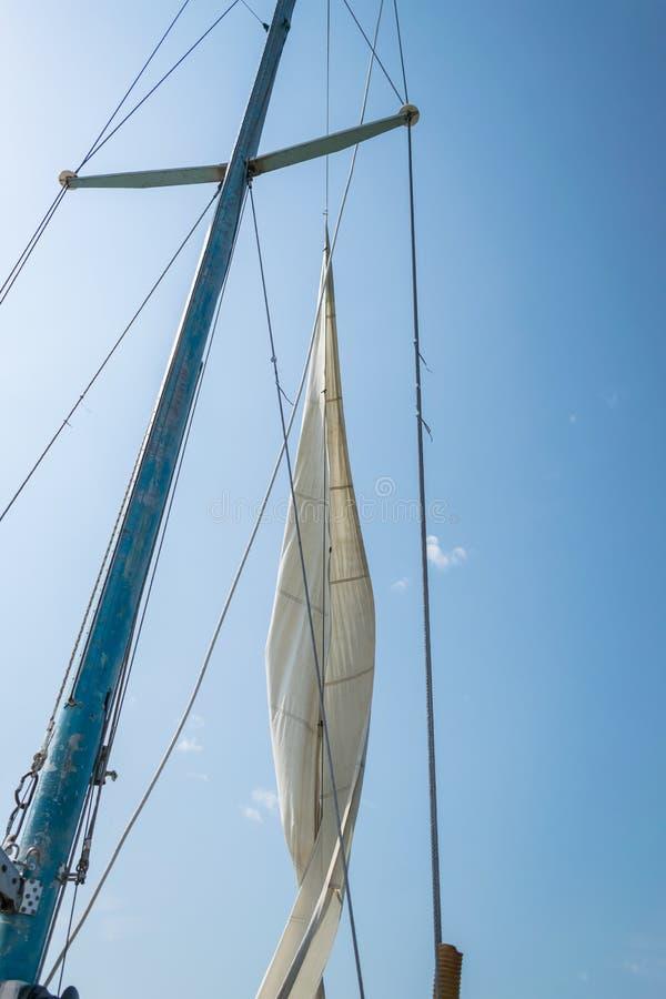 Vela blanca de un barco de navegación contra el cielo Velas de la navegación de río imagen de archivo libre de regalías