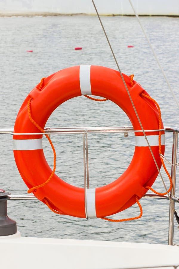 Vela, boia salva-vidas alaranjado no veleiro, curso da segurança imagens de stock