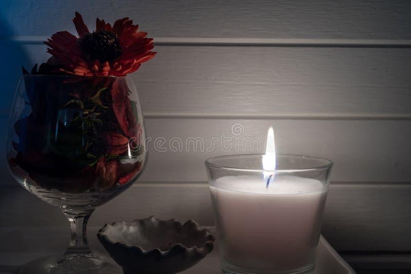Vela branca dos termas com flor secada fotografia de stock royalty free