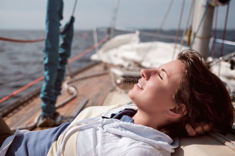 Vela caucasiano da mulher no mar Fecha os olhos e os sonhos fotos de stock royalty free