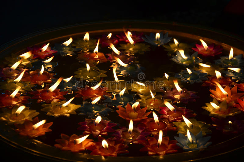 A vela colorida que flutua na água para reza buddha fotografia de stock
