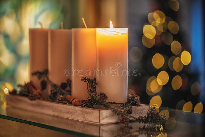 Vela da decoração do Natal para a estação do advento quatro velas de queimadura fotos de stock royalty free