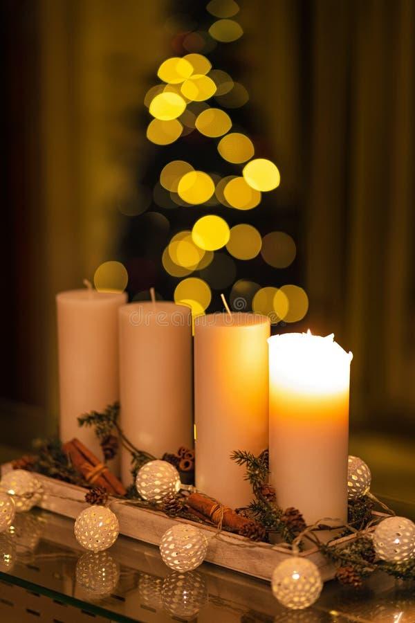 Vela da decoração do Natal para a estação do advento quatro velas de queimadura foto de stock royalty free