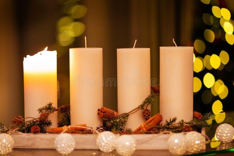 Vela da decoração do Natal para a estação do advento quatro velas de queimadura imagem de stock