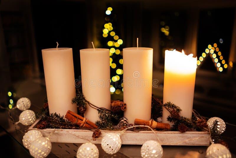 Vela da decoração do Natal para a estação do advento quatro velas de queimadura imagens de stock royalty free