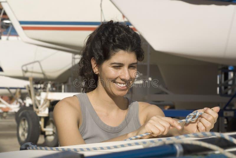 Vela da fixação da mulher no Sailboat - horizontal fotografia de stock