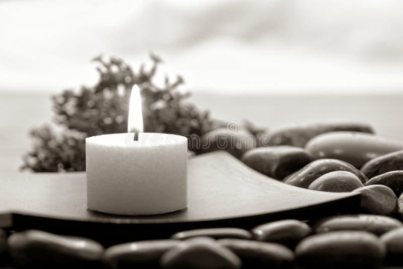 A vela de Aromatherapy no zen inspirou termas foto de stock