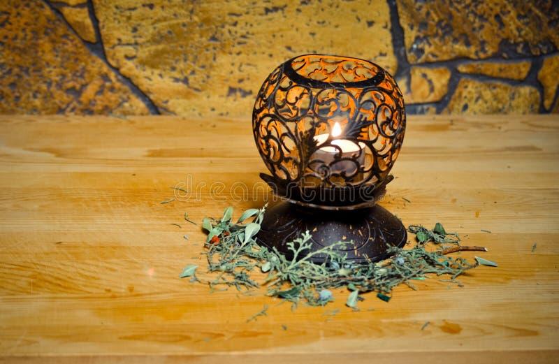 Vela de flutuação branca em um castiçal natural cinzelado de madeira bonito, noite romântica do conceito fotos de stock royalty free