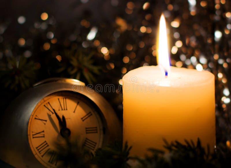 Vela de igualación festiva Ramas del abeto del árbol de navidad cubiertas con nieve imagenes de archivo