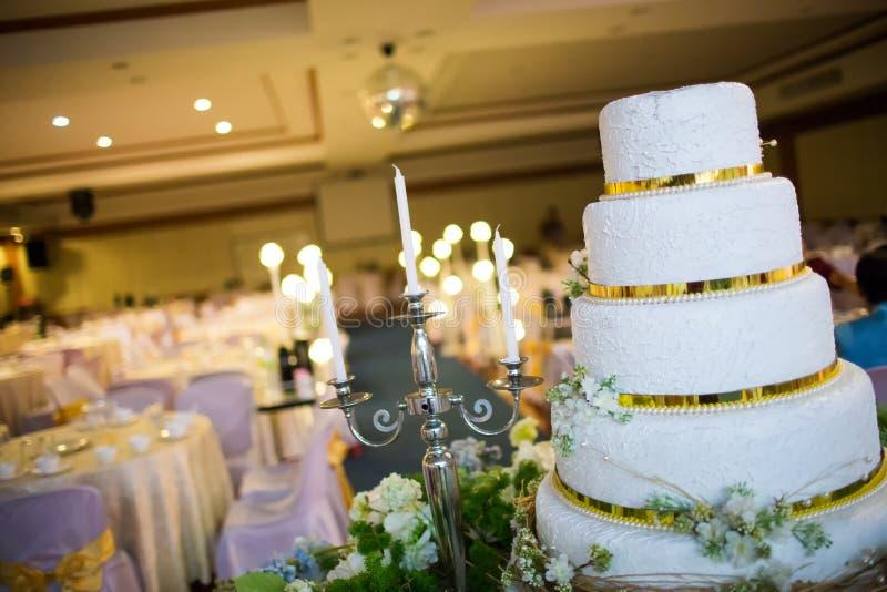 Vela de la boda en la flor cerca del pastel de bodas fotografía de archivo