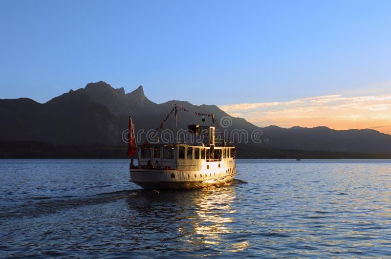 Vela de la nave en el lago fotos de archivo libres de regalías