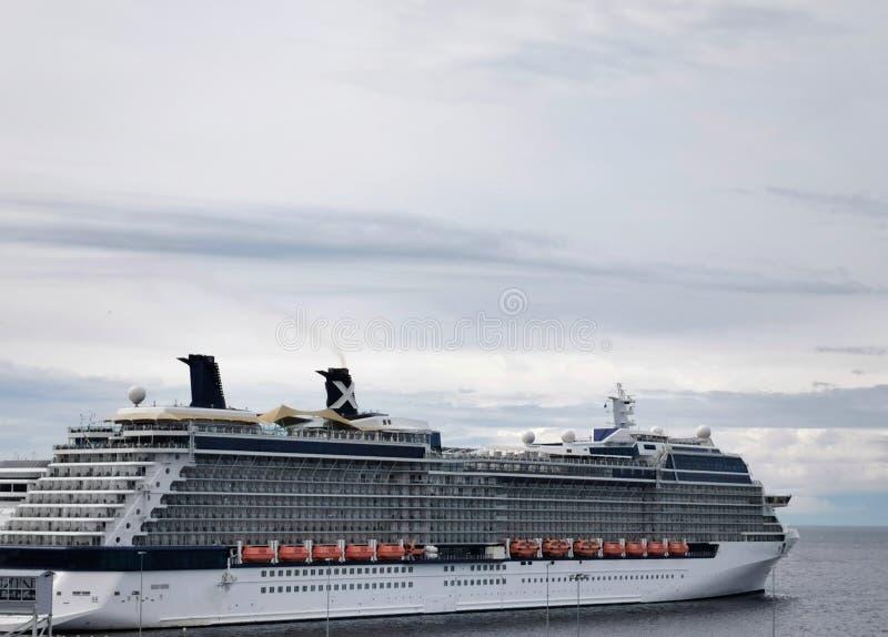Vela de la nave en el mar fotos de archivo