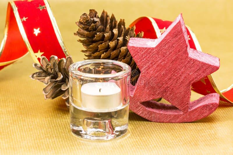 Vela de la Navidad con la decoración sobre fondo de oro foto de archivo libre de regalías