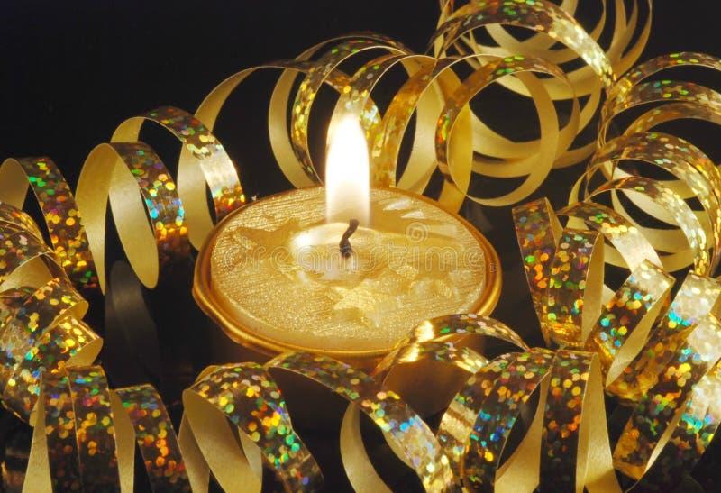 Vela de la Navidad del oro imagenes de archivo