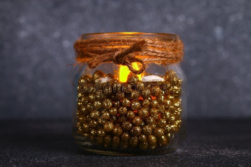 Vela de la Navidad de un tarro - cómo hacer una palmatoria hermosa con una vela eléctrica hecha de los materiales del pedazo DIY  foto de archivo libre de regalías