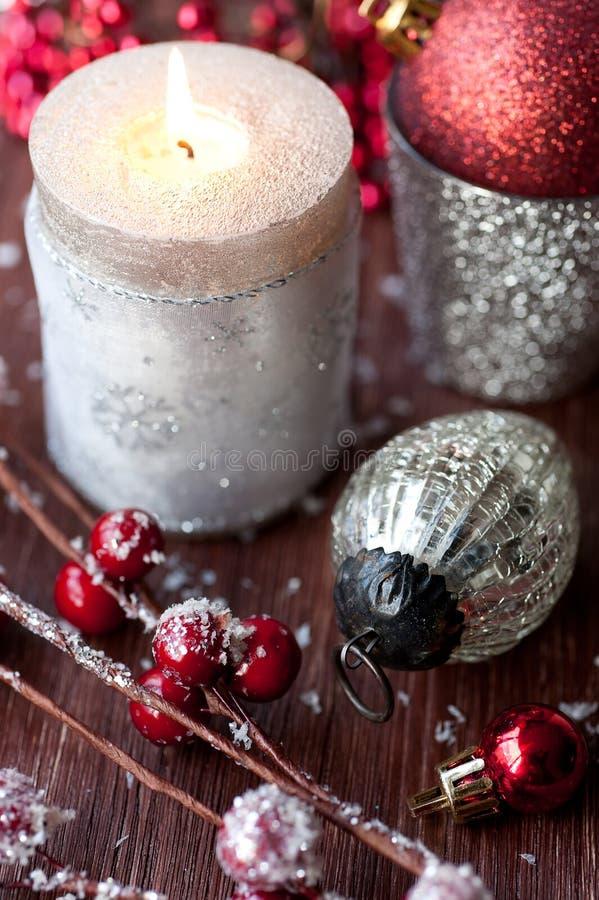 Vela de la Navidad y decoraciones ardientes de la Navidad foto de archivo