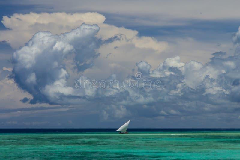 Vela de la nube de la vista al mar imagenes de archivo