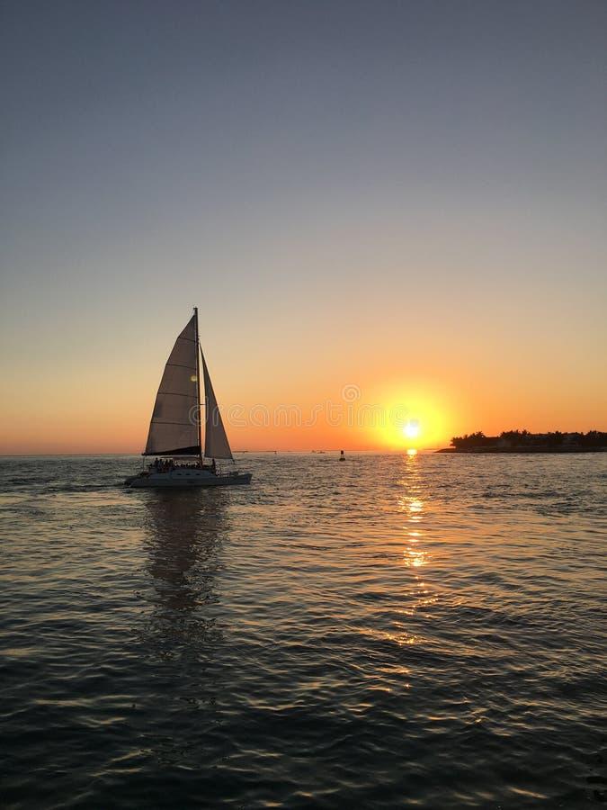 Vela de la puesta del sol fotografía de archivo libre de regalías
