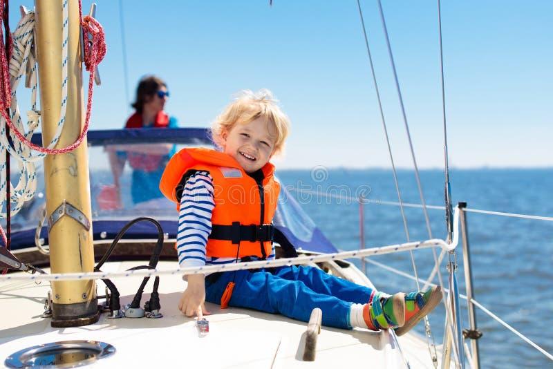Vela de los niños en el yate en el mar Navegación del niño en el barco imágenes de archivo libres de regalías