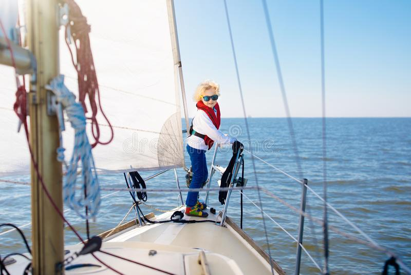 Vela de los niños en el yate en el mar Navegación del niño en el barco fotografía de archivo libre de regalías