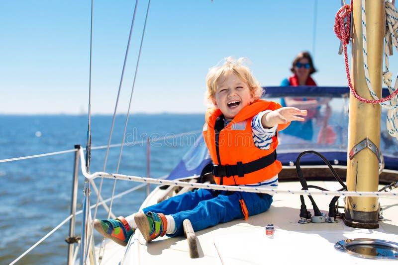 Vela de los niños en el yate en el mar Navegación del niño en el barco imagenes de archivo