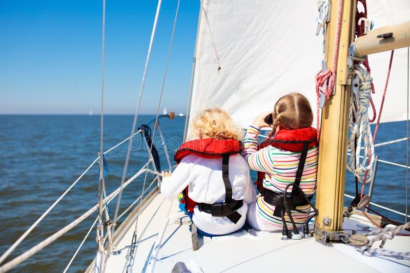 Vela de los niños en el yate en el mar Navegación del niño en el barco fotos de archivo libres de regalías