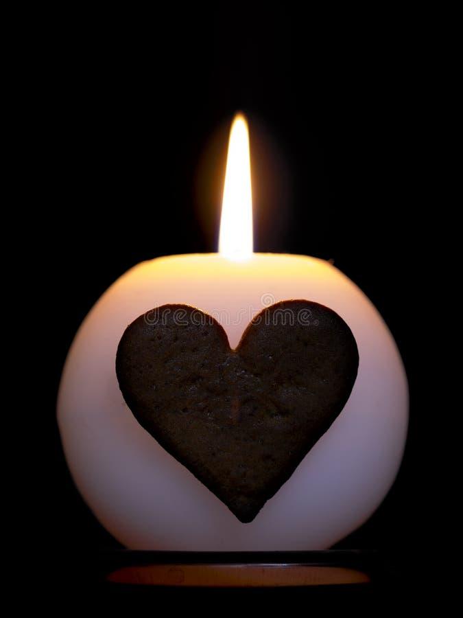 Vela de queimadura com coração do pão-de-espécie imagem de stock
