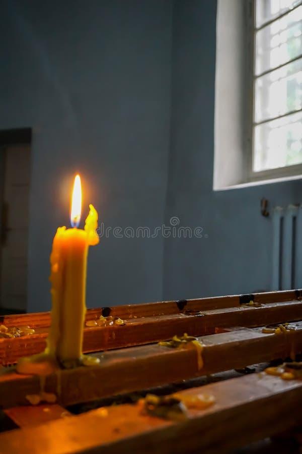Vela de queimadura na igreja luterana evangélica de Koknese imagens de stock