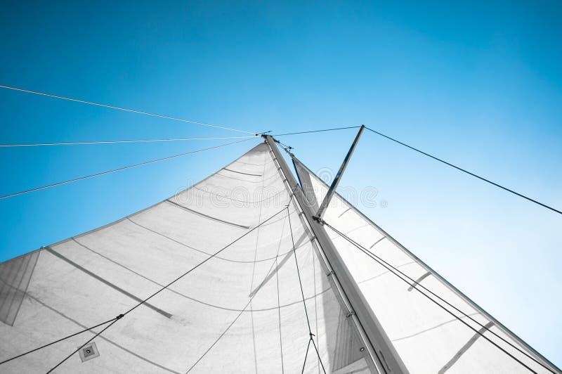 Vela de um barco de navigação fotos de stock