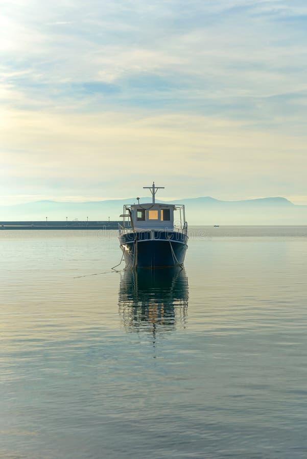 Vela de um barco de navigação foto de stock royalty free