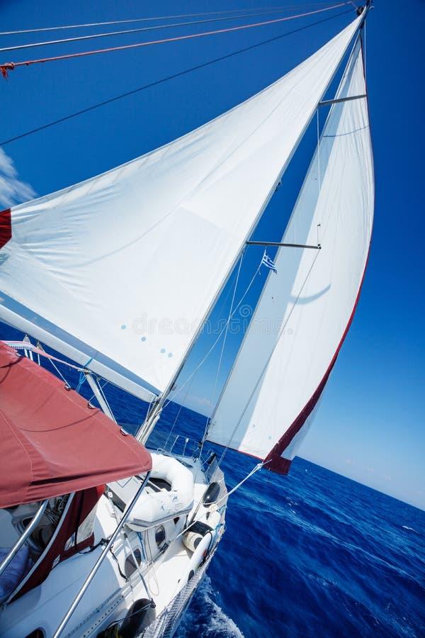Vela de um barco de navigação imagem de stock