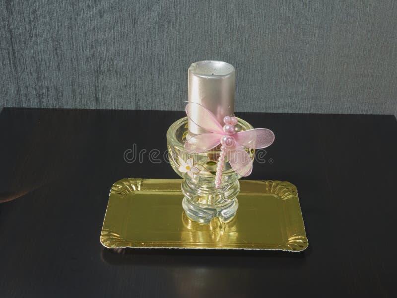 Vela decorativa com a borboleta cor-de-rosa na bandeja dourada fotos de stock